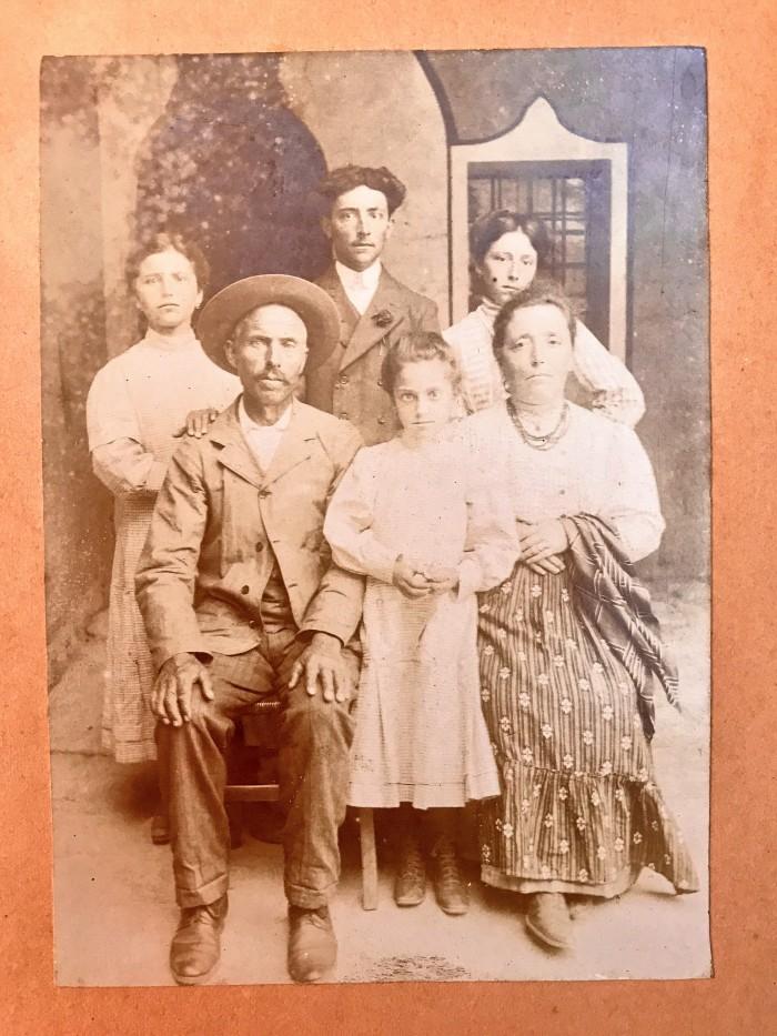 Famiglia Bruni - zia meglia in alto a DX e Aldo in in alto al centro - qualche anno prima del 1915